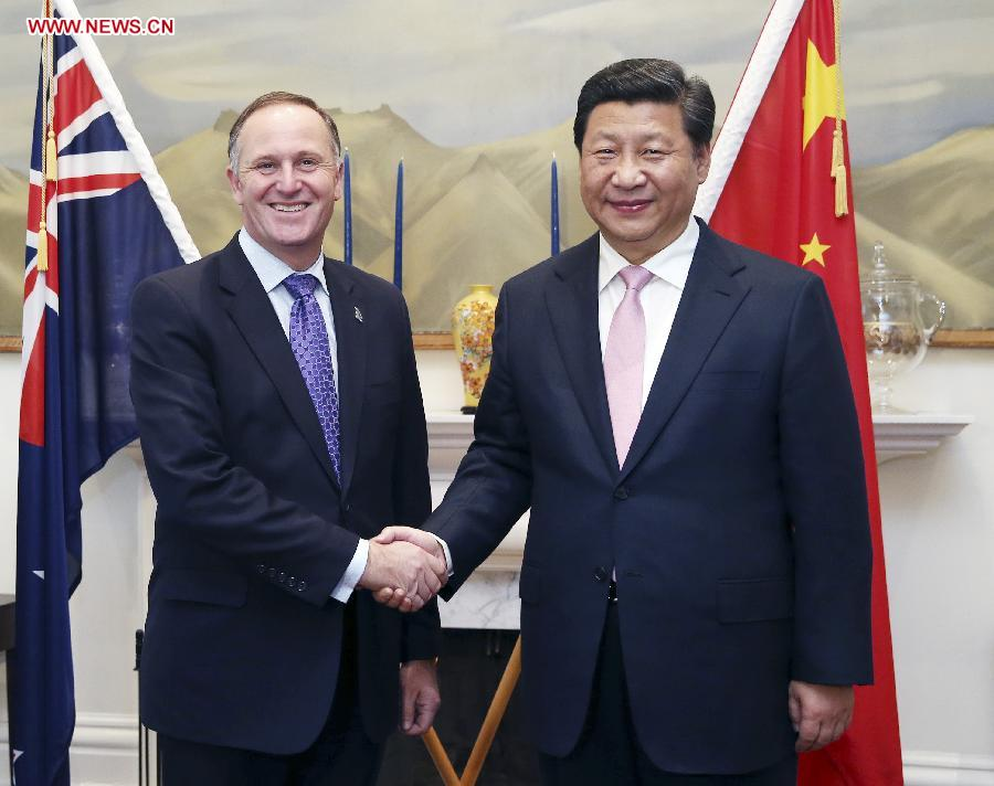 Chinese President Xi Jinping (R) shakes hands with New Zealand