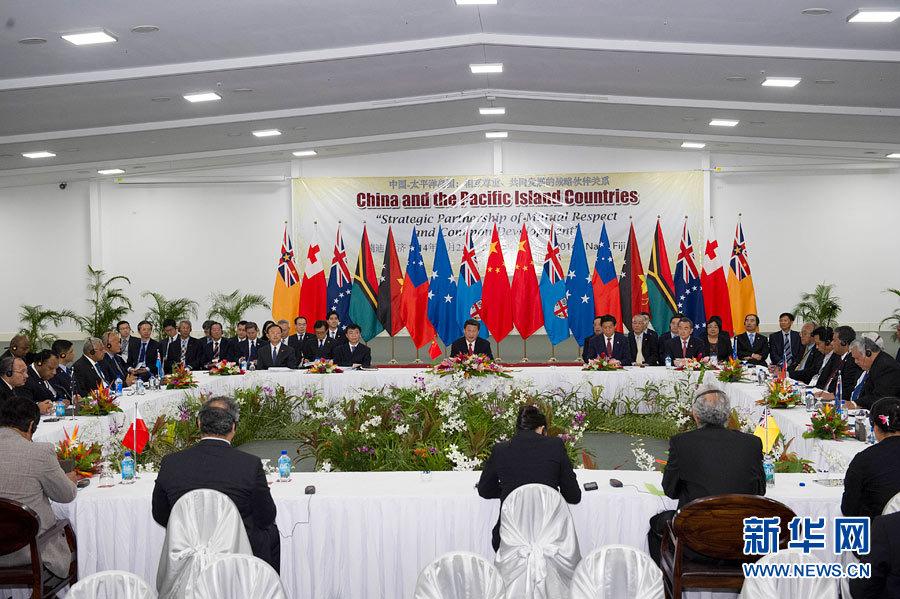 11月22日,国家主席习近平在楠迪同斐济总理姆拜尼马拉马、密克罗尼西亚联邦总统莫里、萨摩亚总理图伊拉埃帕、巴布亚新几内亚总理奥尼尔、瓦努阿图总理纳图曼、库克群岛总理普纳、汤加首相图伊瓦卡诺、纽埃总理塔拉吉等太平洋岛国领导人举行集体会晤。习近平主持会议并发表主旨讲话。新华社记者 饶爱民摄