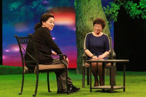 李娟来到央视《等着我》寻找四十多年前的初恋情人