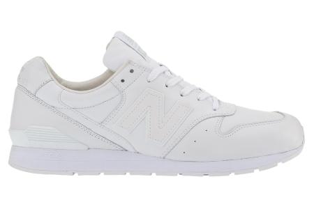 无法抵挡的运动风 欧美型人巧妙混搭小白鞋