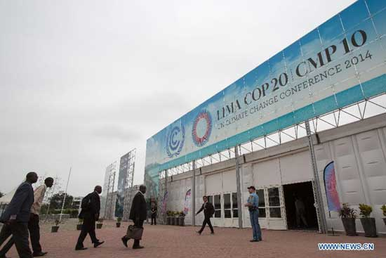 Participants walk into the meeting hall of the UN COP 20/CMP 10 20th session of the Conference of the Parties and the 10th session of the Conference of the Parties, serving as the Meeting of the Parties to the Kyoto Protocol, in Lima, capital of Peru, Nov. 29, 2014. The 2014 UN Climate Change Conferece will be held here from Dec. 1 to 12. (Xinhua/Xu Zijian)