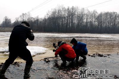 丝瓜成版人性视频app东北摄制组拍摄西里尼大河和大桥