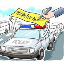 内蒙古呼和浩特市公安局交管支队宣传科科长狄永红介绍,依照《中华人民共和国道路交通安全法实施条例》第六十二条第二项规定,驾驶人不得在机动车驾驶室的前后窗范围内悬挂、放置妨碍驾驶人视线的物品。