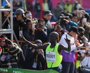 来自肯尼亚的Moses Mosop(莫瑟斯•莫叟普)M00001号选手,以2小时06分19秒的成绩,不仅打破了厦门国际马拉松的赛会纪录,同时也打破了中国境内马拉松赛会纪录。
