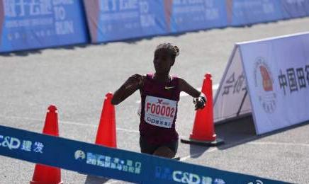 来自埃塞俄比亚的玛瑞·迪巴巴以2小时19分52秒的成绩获得女子组全程冠军。她今年的成绩和去年相比,提高了1分多钟,也打破了厦马赛会记录。