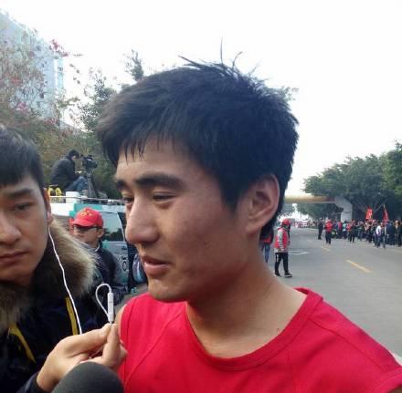 男子半程冠军由来自大连的选手李少壮夺得,时间是1小时12分12秒。