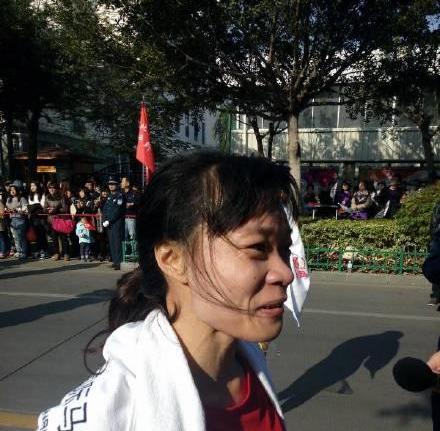 女子半程冠军由来自深圳、祖籍福州的选手李素兰夺得,,时间是1小时27分57秒。