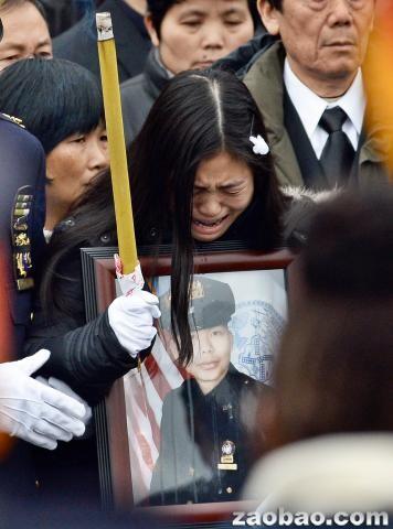 美国殉职华裔警官葬礼举行 纽约市长盛赞其贡献