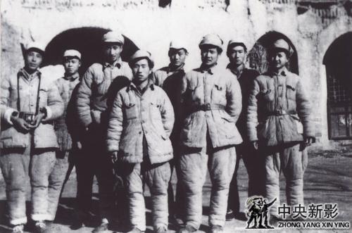 1948年11月,在太原前线与华北电影摄影队合影:前排左起:翟超、龙庆云、张永;后排左起:张一光、韩德福、程默、梁明双、顾荷