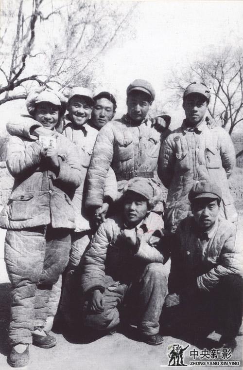 1949年4月,在太原前线与第十八兵团政治部的摄影科战友合影。前排(右一)翟超,后排(右一)高帆(科长),(右二)龙庆云