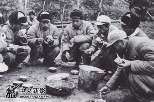 1952年12月在朝鲜西海岸五十军二营阵地,本文作者(左三)与一排的同志们共进午餐。