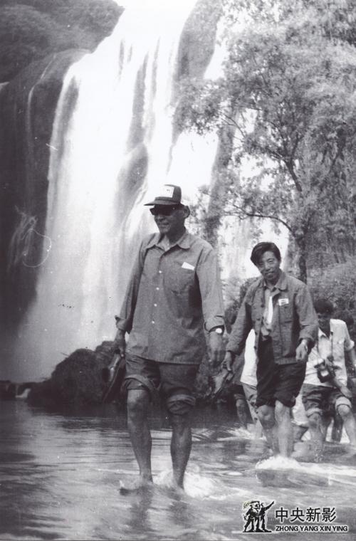 1985年,本文作者(左)在黄果树风景地选角度拍摄纪录片《贵州风光》。
