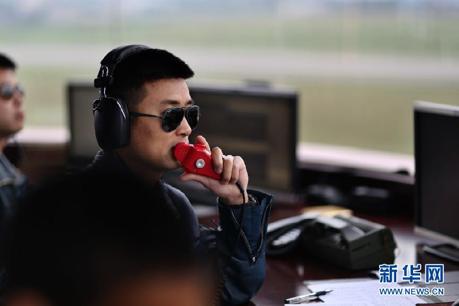 蒋佳冀在塔台指挥空中训练。新华社发 刘畅 摄
