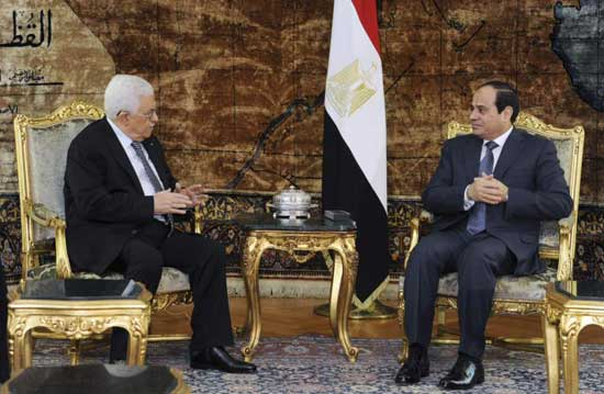Egyptian President Abdel Fattah al-Sisi (R) meets with Palestinian President Mahmoud Abbas in Cairo, in this January 14, 2015 handout provided by the Egyptian Presidency.