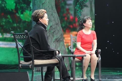 图:赵虹来到《等着我》寻找当年在地震中救出自己的