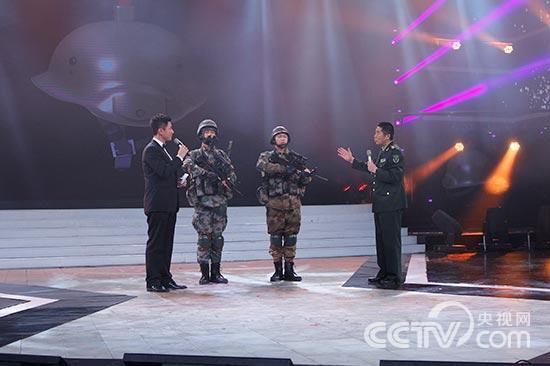 杜文龙介绍单兵装备-观 精兵的节日 看军人的精彩
