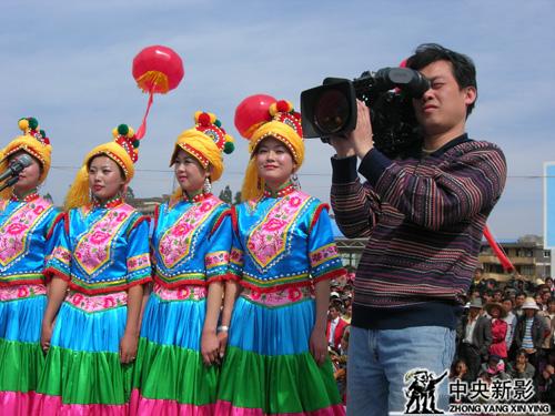 《走遍中国》栏目组拍摄少数民族同胞欢庆节日