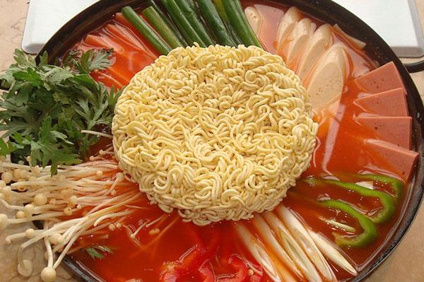 五道口感受韩国街头风味   老板和厨师都是地道的韩国人,口味的正宗可想而知。主打的部队锅,里面的内容不是很丰富,而且量较小,食量大的朋友还是建议多点几样,不过味道不错!柠檬烧酒也是不能错过的味道哦~如果你对韩剧中常出现的路边小吃有兴趣,一定要来这里感受一下。   地址:海淀区成府路35号东源大厦3楼   时间:每天 16:00 - 03:00   价格:人均61元