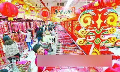 临近春节,许多市民都开始选购春节用品。