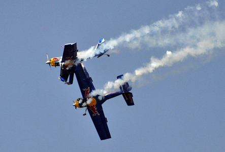 印度航展两飞机空中相撞
