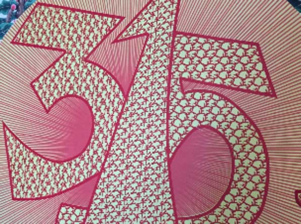 来自河北张家口蔚县的周河是当地著名的剪纸高手,他为3·15晚会创作的这幅作品长达3.6米,画面以雍容富贵的牡丹花为背景,一轮金光万丈的太阳托起正中的3·15晚会标志,诚信、公平、正义六个大字顺势排开,尤其令人赞叹的是,每个大字之中还刻着24字社会主义核心价值观。周河说,色彩艳丽的牡丹作为花中之王象征富贵大气,太阳则象征了千千万万的老百姓,两者共同映衬出象征公平公正的3·15晚会标志。
