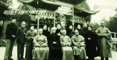 弥光大和尚(前排左一)在大明寺前与众人合影