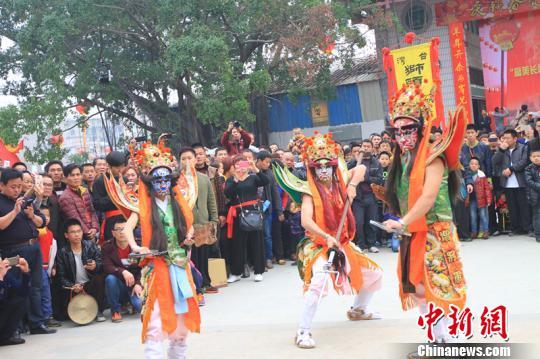 """由台湾武术家带来的民俗""""官将首""""表演。"""
