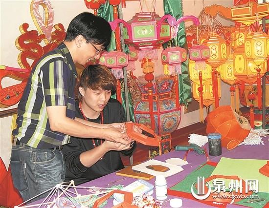 杨铭(左一)教花灯爱好者制作花灯。