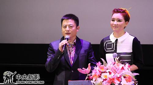总裁助理、副总编辑贺贝奇(左一),著名主持人王玲玲主持颁奖典礼