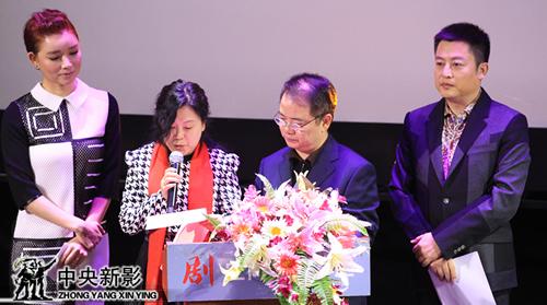 评委孙丽艳(左二)、郑富权(左三)宣布人文社会类优秀纪录片奖获奖名单