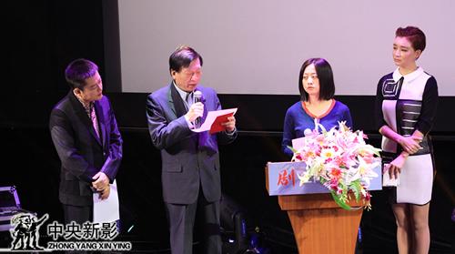 评委李近朱(左二)、吴金越(左三)宣布自然环境类优秀纪录片获奖名单
