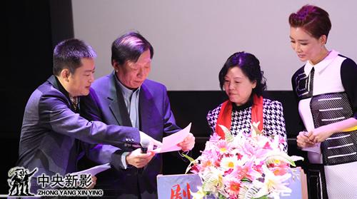 评委李近朱(左二)、孙丽艳(左三)宣布历史文献类优秀纪录片获奖名单