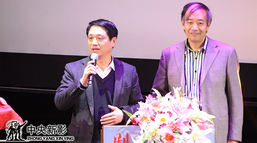 评委郑子(左一)、冯振志宣布科教片类优秀作品获奖名单