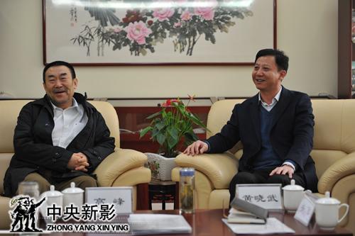 中央电视台副台长、中央新影集团董事长兼总裁高峰(左)和淮北市委副书记、市长黄晓武深入交流