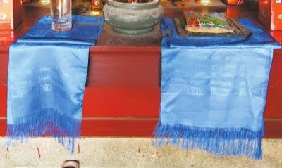 写着蒙古文的哈达,是家庙中与众不同的供品。