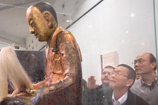 作者(右一)在看佛像背后文字
