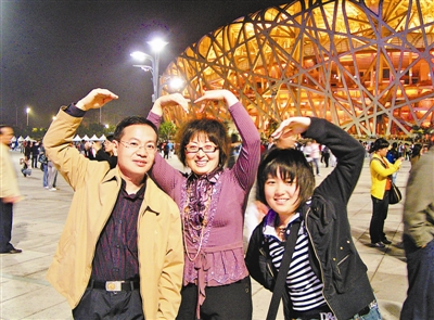 张国春(前排左一)与妻子、女儿合影。 杨俊光提供