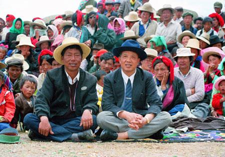 孔繁森在拉萨任副市长时和藏族干部群众一起欢度节日。