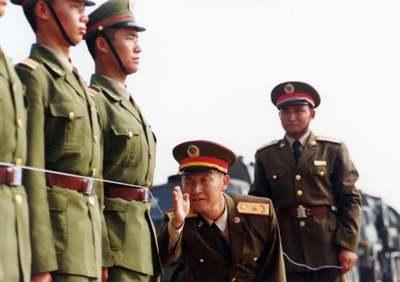 杨业功在国庆阅兵期间检查队列训练。