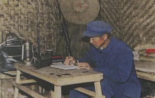 杨善洲在牧场的接待室兼宿舍研究工作。