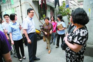 邹碧华深入社区走访案件当事人。