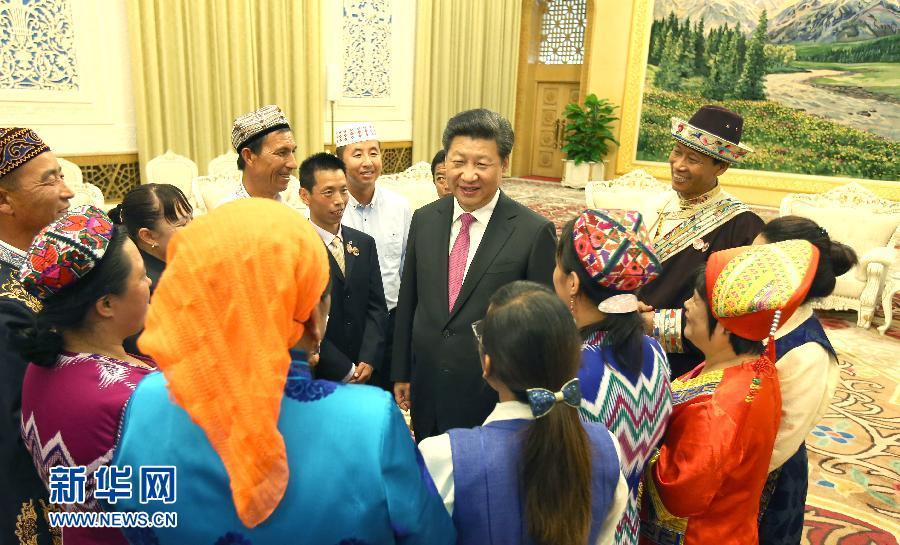 在中华人民共和国成立66周年之际,中共中央总书记、国家主席、中央军委主席习近平特别邀请来自内蒙古、广西、西藏、宁夏、新疆5个自治区的13名基层民族团结优秀代表到北京参加国庆活动。这是9月30日下午,习近平在人民大会堂亲切会见代表们。新华社记者 姚大伟 摄