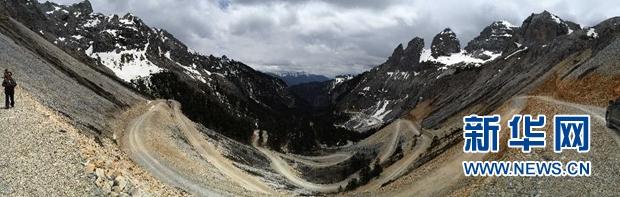 这是香格里拉大峡谷巴拉格宗景区内的高山和峡谷之间由斯那定珠出资修建的道路(手机拍摄,5月8日摄)。新华社记者 钱彤 摄