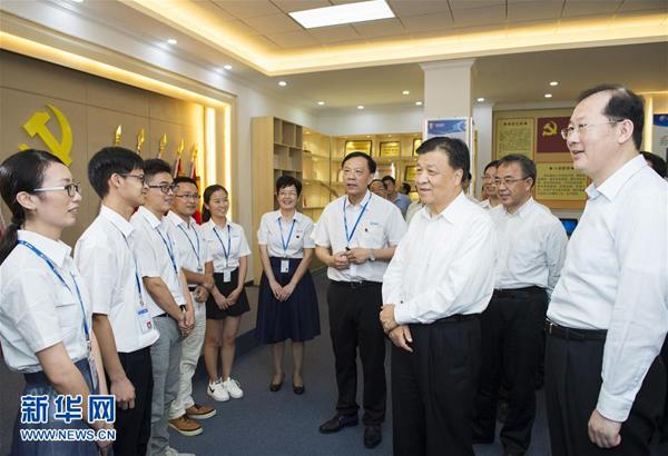 5月21日至23日,中共中央政治局常委、中央书记处书记刘云山在广东调研。这是5月23日,刘云山在广州市国光电器股份有限公司同员工亲切交谈。 新华社记者 谢环驰 摄