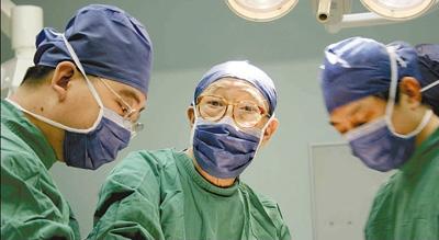 图为吴孟超院士(中)在手术室内工作。新华社发(资料照片)
