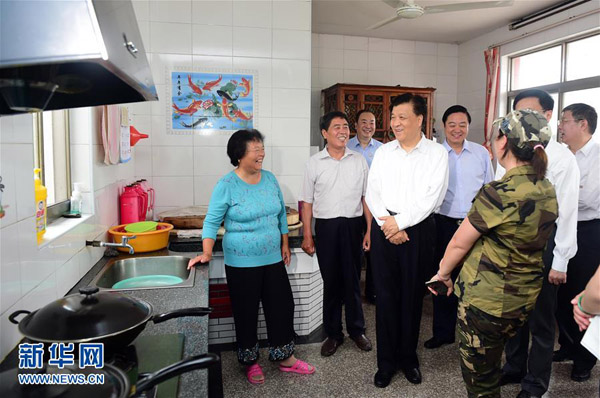 6月19日至20日,中共中央政治局常委、中央书记处书记刘云山在上海调研。这是6月20日,刘云山在上海崇明县竖新镇仙桥村,考察村民家庭生活状况。新华社记者 张铎 摄