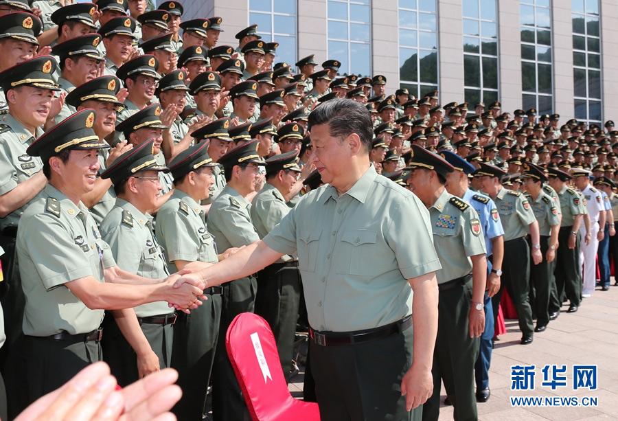 这是习近平亲切接见陆军第一次党代表大会代表。新华社记者 李刚 摄