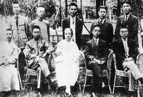 1925年国民党广东省党部成立时委员合影。右起,前排:一为黎樾廷(共产党员),三为何香凝,四为彭湃(共产党员);后排:一为刘尔崧(共产党员),二为陈公博,四为杨匏安(共产党员)。