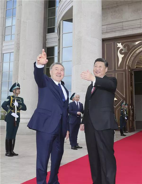 6月8日,国家主席习近平在阿斯塔纳同哈萨克斯坦总统纳扎尔巴耶夫举行会谈。会谈前,习近平出席纳扎尔巴耶夫在总统府举行的隆重欢迎仪式。