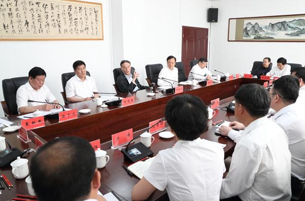 6月20日至22日,中共中央政治局常委、中央纪委书记王岐山在贵州省检查纪检监察工作。这是6月21日,王岐山在修文县委纪委座谈会上讲话。